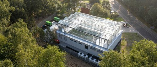 Dieses norddeutsche Rechenzentrum läuft mit Windkraft und wärmt eine Algenfarm