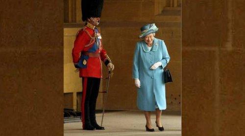 Le prince Philip « déguisé en garde royal » pour faire rire la reine ? Faux