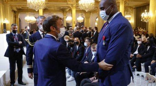 Des photos montrent Emmanuel Macron avec un gilet pare-balles ? L'Elysée dément