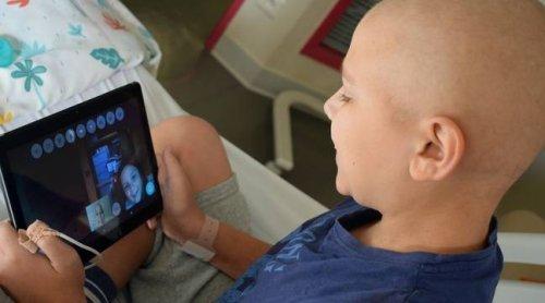 Toulouse : Hospitalisé pour une leucémie, Alexis a pu « être comme à la maison » grâce au petit robot intelligent Buddy