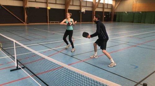 Le pickleball, un sport intergénérationnel mêlant le tennis, le tennis de table et le badminton