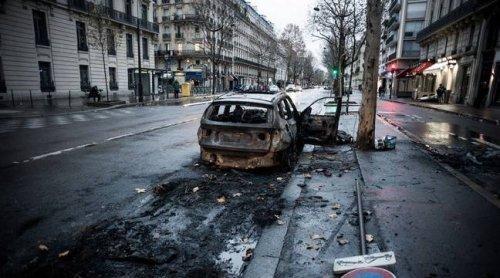 Arles : Vingt-trois voitures brûlées après une opération antistups