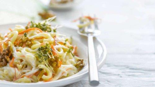 Rezept: Herbstlicher Nudelsalat mit Nüssen