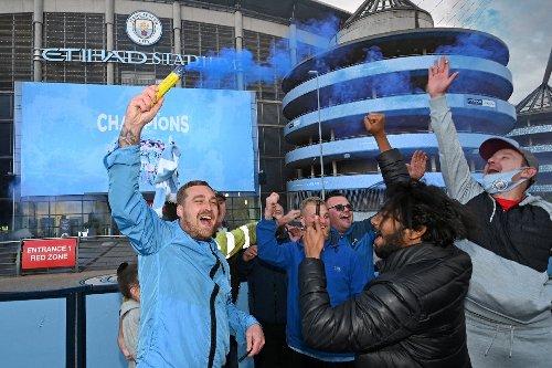 City-Fans feiern Meisterschaft vor dem Stadion
