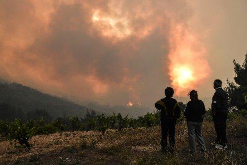 Waldbrand bedroht nördliche Vororte von Athen