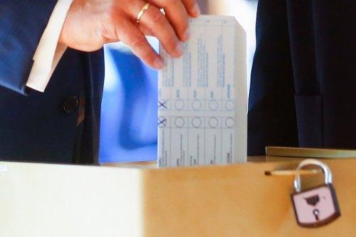Laschet faltet Stimmzettel im Wahllokal falsch - Kreuze sichtbar