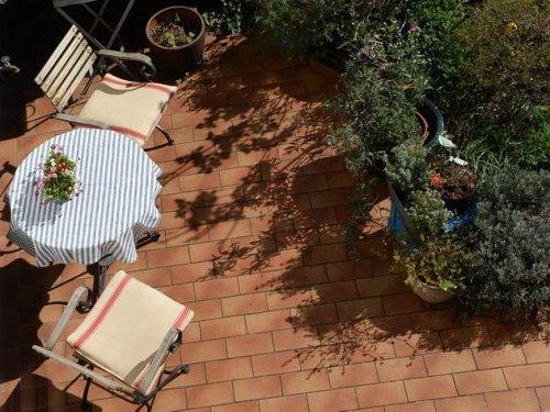Terrasse reinigen: Mit diesen Tipps erstrahlt Ihr Outdoor-Paradies in neuem Glanz