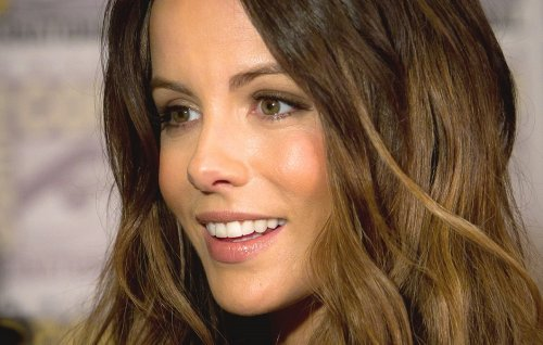 """Kate Beckinsale Nibbles On French Fries In Stunning Strapless """"Picnic Red"""" Dress"""