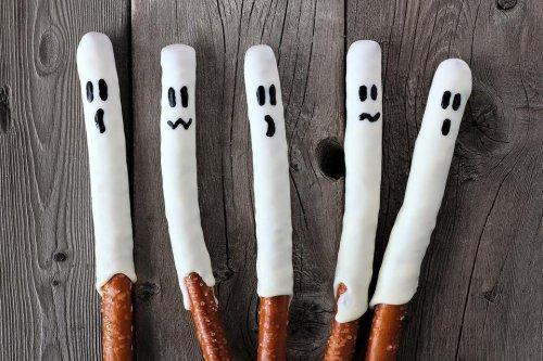 Halloween Pretzel Ghosts Recipe: This Spooky Halloween Snack Recipe Is Quick & Easy to Make