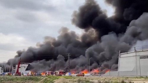 Spain: Massive fire rages across industrial park