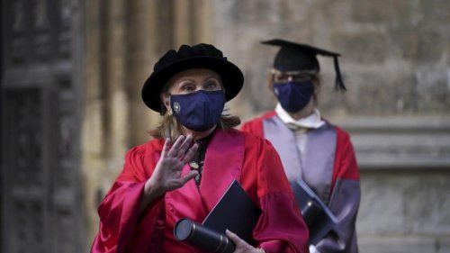 Clinton collects Oxford honorary degree