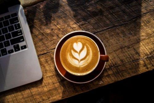 Boire trop de café augmente le risque de démence et impacte le volume du cerveau
