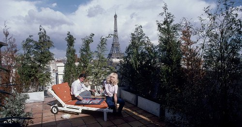 Chez Alain Delon à Paris, dans son triplex avec terrasse face à la tour Eiffel
