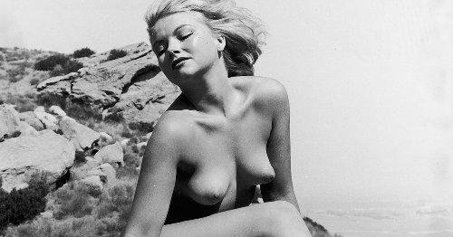 Au bord de la piscine ou à la plage, ces photographies de nus à l'érotisme assumé