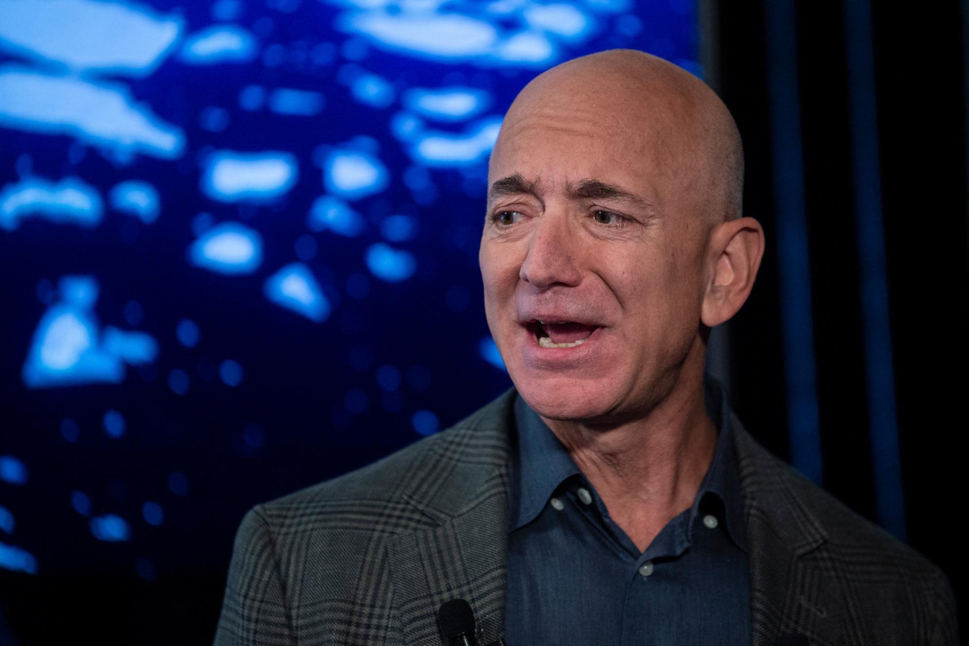 Bezos lascia Amazon e va nello spazio