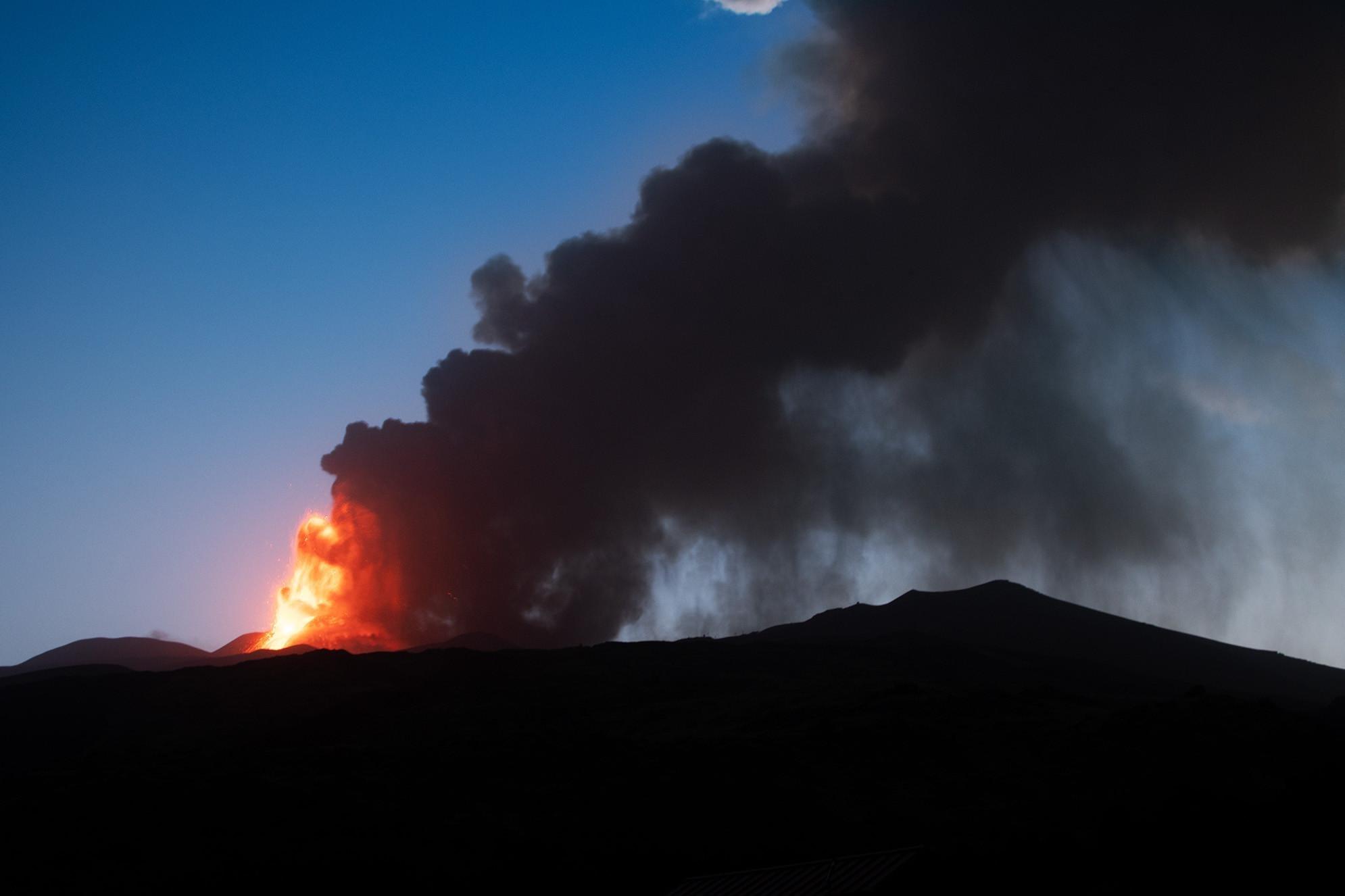Etna, nuova eruzione: fontana di lava e violenti boati