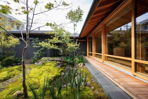 Gallery of House in Matsuyama / Takashi Okuno & Associates - 1