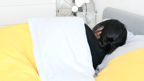 Por qué es peligroso dormir con el ventilador encendido en la habitación - VÍDEO