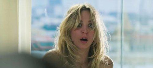 """Michiel Huisman revela la """"incómoda"""" escena de sexo con Kaley Cuoco en 'The Flight Attendant': """"¿Qué estás haciendo?"""""""