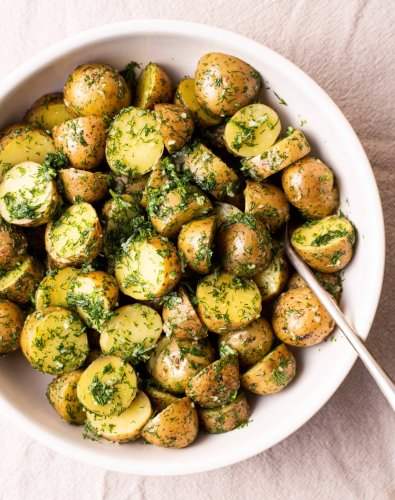 These 4-Ingredient Garlicky Potatoes Are My Favorite Spring Side Dish
