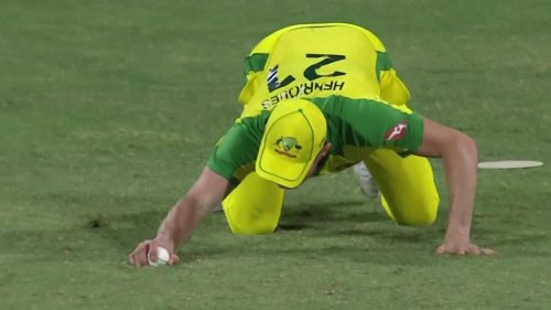 Aussies pay price for 'shocker' amid umpire's all-time stinker night