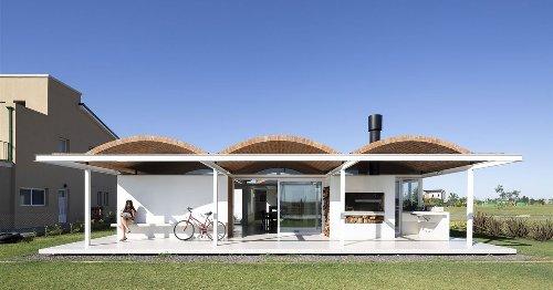 La tradicional bóveda de ladrillo se pone al día en esta moderna casa en Argentina