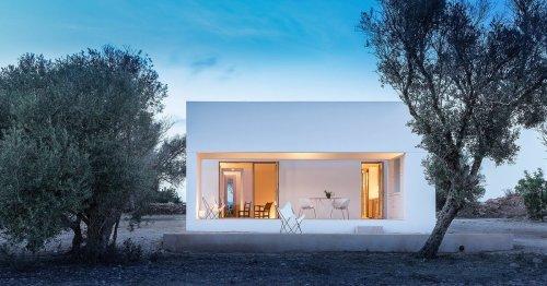 Una moderna casa rodeada del paisaje rural de Formentera
