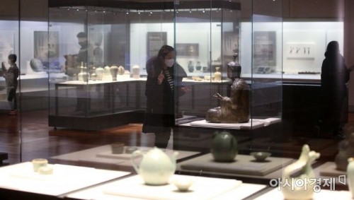 [포토] 국립중앙박물관 전시실 둘러보는 시민들