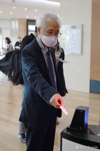 [NC포토] 자동 검표 시스템을 이용하는 김철호 국립극장장