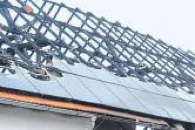Lagerhalle mit Photovoltaikanlage brennt: 100.000 Euro Schaden