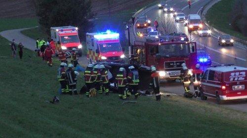 Auto überschlägt sich mehrfach bei Harburg: Zweijährige verletzt