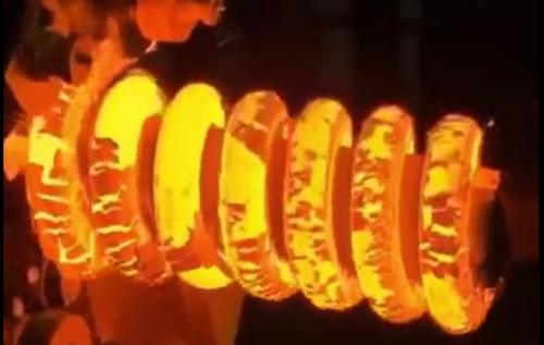 VÍDEO: ¡Te quedas embobado con esto! Mira cómo se hacen los muelles de los amortiguadores...