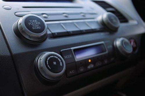 Para qué sirve de verdad el botón de recirculación del aire de un coche