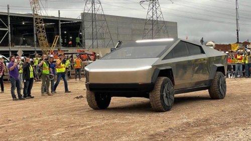 Elon Musk se pasea en un Tesla Cybertruck por la planta donde se fabricará