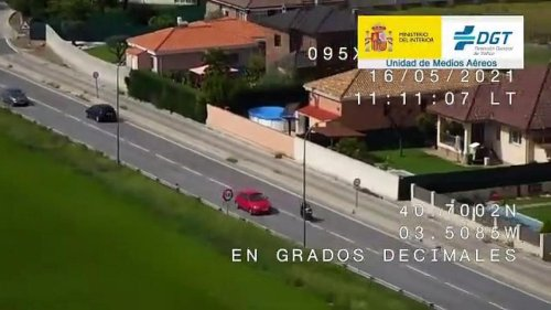 VÍDEO: Estos motoristas se la juegan demasiado adelantando con línea continua (con final merecido)