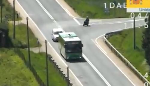 VÍDEO: Un motorista se salta primero un STOP y luego adelanta en línea continua, todo a vista de un dron