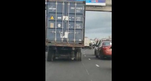 Sur l'autoroute et avec une roue en moins, ce poids lourd n'a vraiment pas peur que les choses tournent mal
