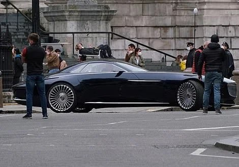 Batman's Car in The Flash Revealed as the Vision Mercedes-Maybach 6 Concept