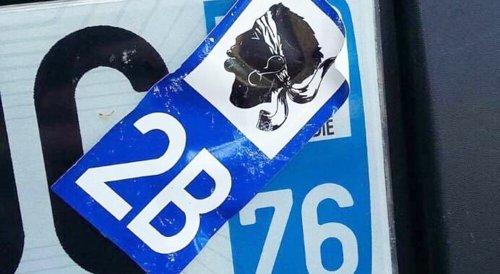 Autocollant sur la plaque d'immatriculation : est-ce légal ?