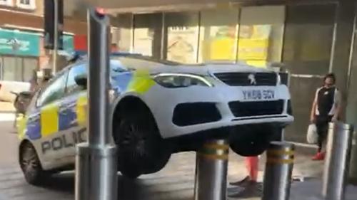 Angleterre : des policiers empalent leur voiture de service !