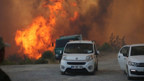 Tourists forced to evacuate Turkey as wildfires rage