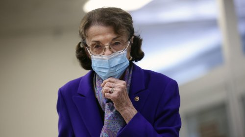 Feinstein introduces bill to require COVID vaccination or negative test for domestic flights