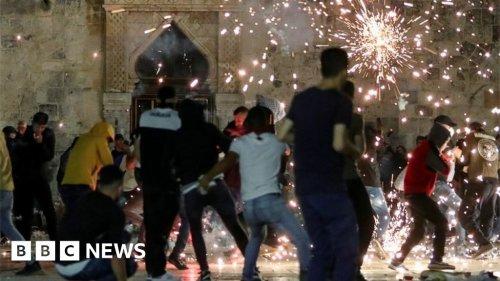 Al-Aqsa mosque: Dozens hurt in Jerusalem clashes