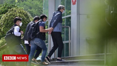 Apple Daily: Hong Kong sends 500 officers in pro-democracy paper raid
