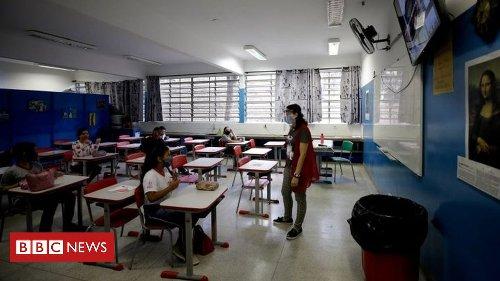 A polêmica sobre a lei que torna escolas 'essenciais' para abrirem mesmo no auge da pandemia