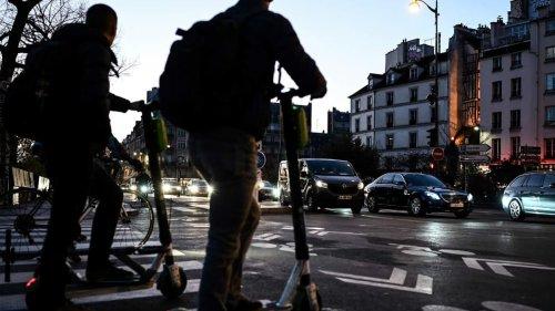 Les Français (un peu) plus prudents au volant mais le comportement à trottinette inquiète
