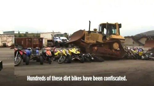 Des dizaines de moto détruites par un bulldozer: La campagne radicale du maire de New York contre les deux-roues illégaux
