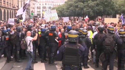 Manifestation anti-pass sanitaire à Paris: évacuation tendue à la Bastille