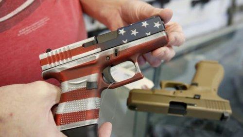 Texas: un enfant de 2 ans trouve une arme dans le sac d'un proche et se tue