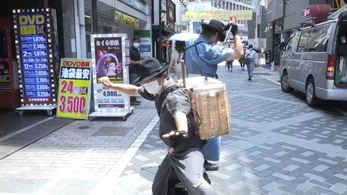 """JO 2021: à Tokyo, les """"samouraïs des déchets"""" nettoient avec style"""
